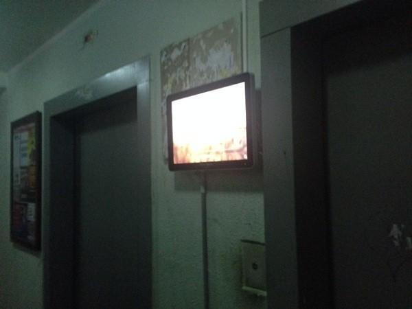 телевизор в подъезде